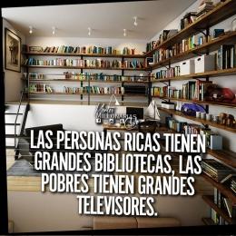 Las personas ricas tienen grandes bibliotecas, las pobres tienen grandes televisores