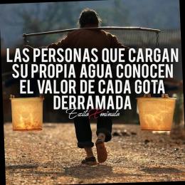 Las personas que cargan su propia agua conocen el valor de cada gota derramada